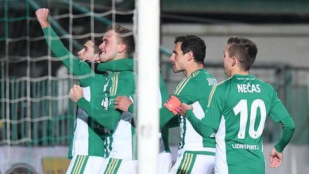 Fotbalisté Bohemians 1905 se radují z gólu proti Dukle.