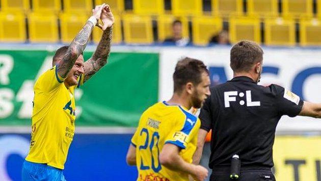 Vlevo Jakub Řezníček z Teplic se raduje z gólu.
