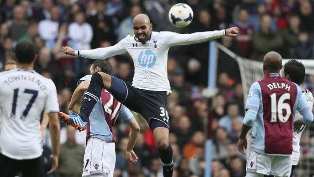 Sandro z Tottenhamu si vyskočil nad hráče Aston Villy.