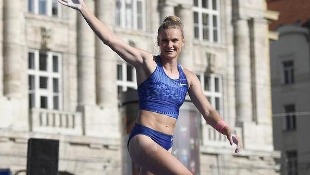 Vítězka Katie Nageotteová z USA po posledním pokusu.