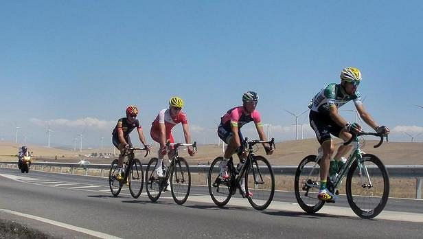 Španěl Francisco Javier Aramendia (zcela vpravo) během druhé etapy cyklistické Vuelty.