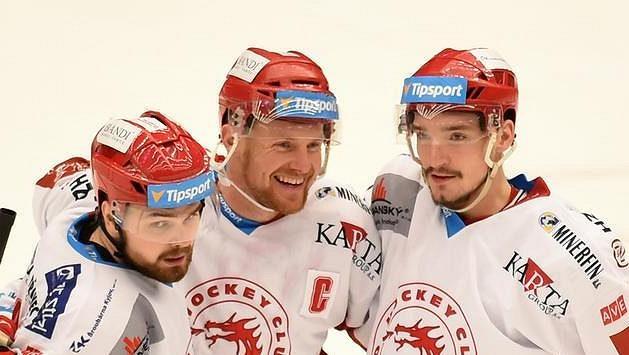 Zleva Milan Doudera, Martin Adamský a Marek Růžička z Třince se radují ze čtvrté branky, kterou vstřelili při vlastním oslabení.