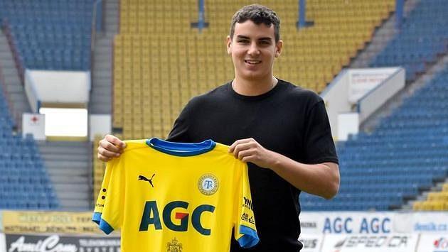 Peruánský fotbalový útočník Matías Succar pózuje s dresem FK Teplice. Do klubu přišel z rakouského Lince.