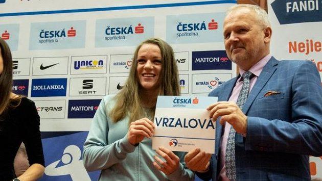 Simona Vrzalová přebírá startovní číslo před mítinkem Czech Indoor Gala v Ostravě.