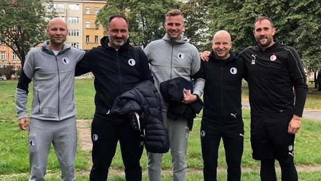 Realizační tým Jindřicha Trpišovského (druhý zleva) zpátky na památném místě – žižkovském parku před stadionem Viktorie.