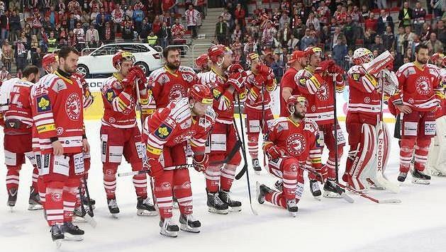 Smutek třineckých hráčů po skončení sedmého finále proti Litvínovu.