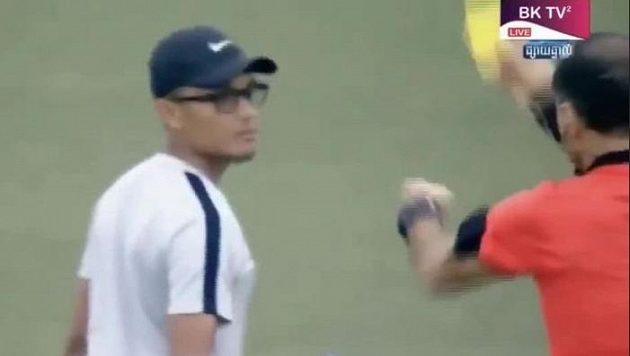 Žlutou kartu viděl od sudího i lékař týmu. Arbitrovi se zdálo, že hráče ošetřuje pomalu.