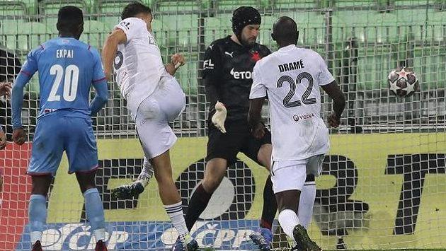 Kacper Zych z Karviné (třetí zprava) střílí Slavii vyrovnávací gól na 3:3.