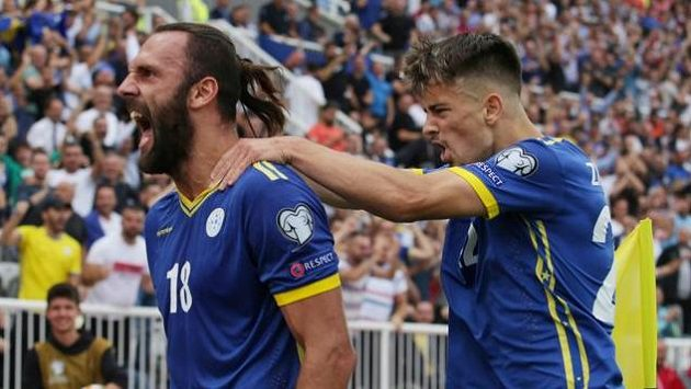 Vedat Muriqi (vlevo), největší útočná hrozba Kosova.