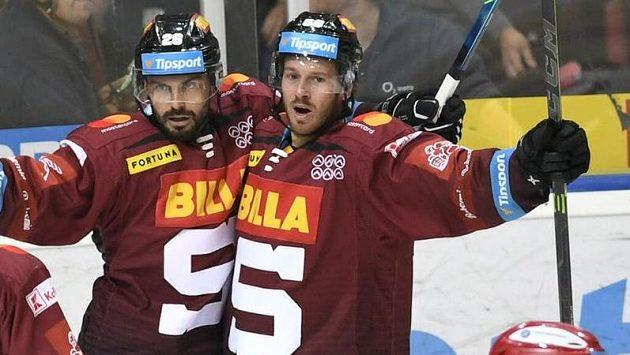 Kapitán Sparty Michal Řepík (vlevo) se s Erikem Thorellem raduje ze své brzké trefy.