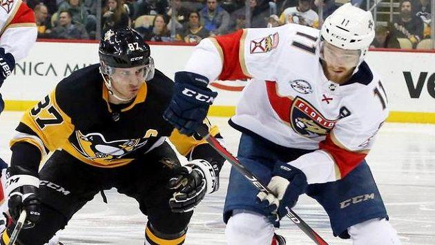 Křídelník Floridy Jonathan Huberdeau (vpravo) v souboji se Sidneym Crosbym z Pittsburghu.