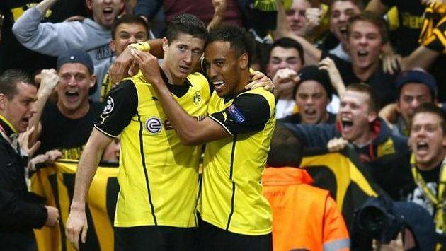 Robert Lewandowski (vlevo) oslavuje vítězný gól se spoluhráčem Pierrem-Emerickem Aubameyangem.
