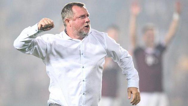 Trenér Sparty Praha Pavel Vrba oslavuje vítězství a postup přes Rapid Vídeň.