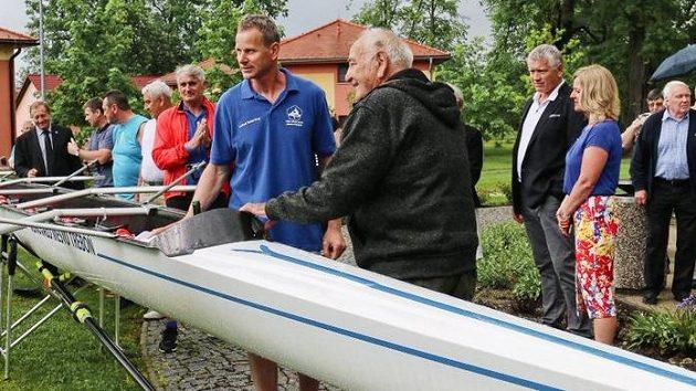 V 89 letech zemřel olympijský vítěz ve veslování Jan Jindra (na archivním snímku v černém)