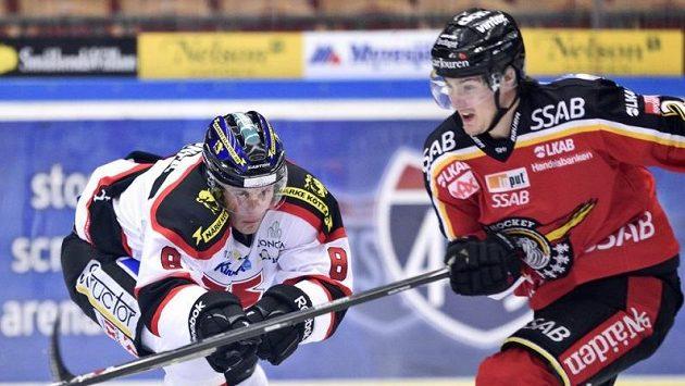 Dean Kukan (vpravo) z Luley na ilustračním snímku ze švédské ligy, vpravo Mikko Lehtonen z týmu Örebro.