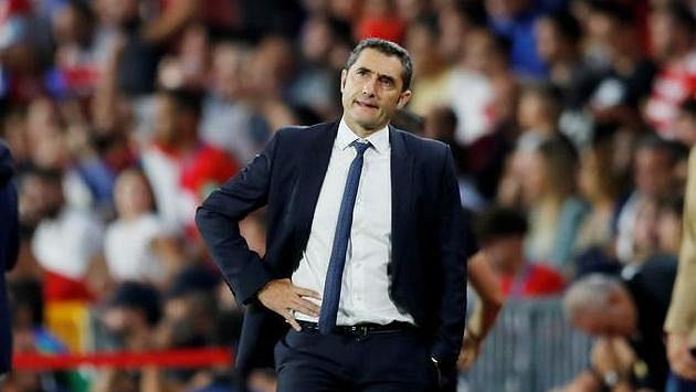 Trenér Barcelony Ernesto Valverde během utkání s Granadou
