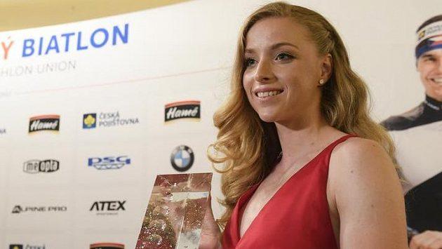 Markéta Davidová s cenou za vítězství v anketě o nejlepšího biatlonistu sezony.