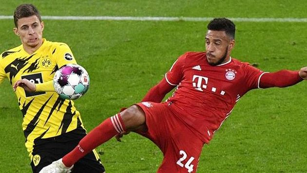 V souboji o míč Corentin Tolisso (vpravo) z Bayernu a Thorgan Hazard z Dortmundu.