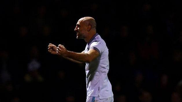 Pablo Zabaleta z West Hamu se raduje z gólu proti Gillinghamu.
