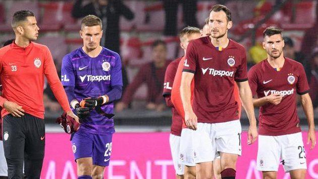 Zklamaní fotbalisté Sparty po porážce v derby.