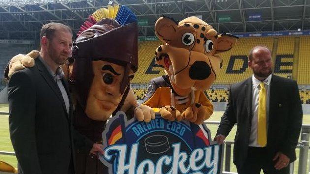 Generální ředitel a trenér Litvínova Jiří šlégr (vpravo) a sportovní ředitel Sparty Petr Ton pózují spolu s maskoty klubů na stadionu Dynama Drážďany.