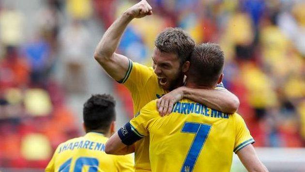 Fotbalisté Ukrajiny se radují z branky