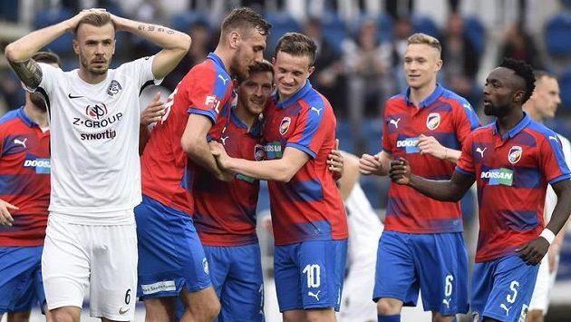 Hráči Plzně se radují z gólu. V popředí vlevo je zklamaný Stanislav Hofmann ze Slovácka.