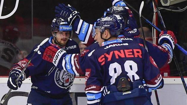 Radost libereckých hokejistů. Vlevo střelec dvou gólů Libor Hudáček oslavuje se spoluhráči.