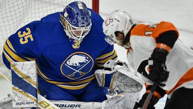 Brankář Buffala Linus Ullmark likviduje jednu ze šancí Flyers
