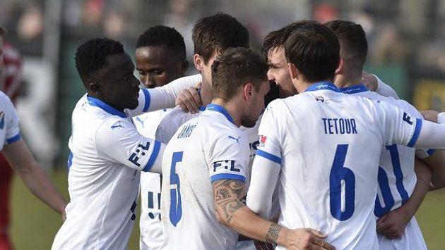 Hráči Baníku Ostrava se radují z gólu.