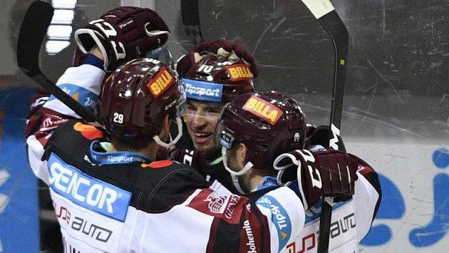 Lukáš Rousek ze Sparty (uprostřed) se raduje se spoluhráči ze třetího gólu proti Třinci.