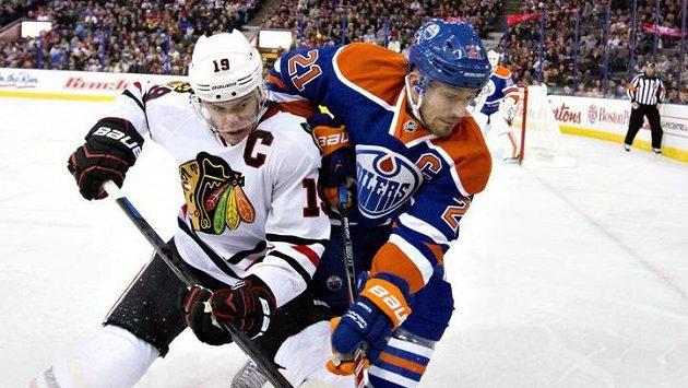 Kapitán Chicaga Jonathan Toews (vlevo) v souboji s Andrewem Ferencem z Edmontonu.