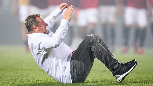 Trenér Sparty Praha Pavel Vrba předvádí svou specialitu, kotoul vzad.