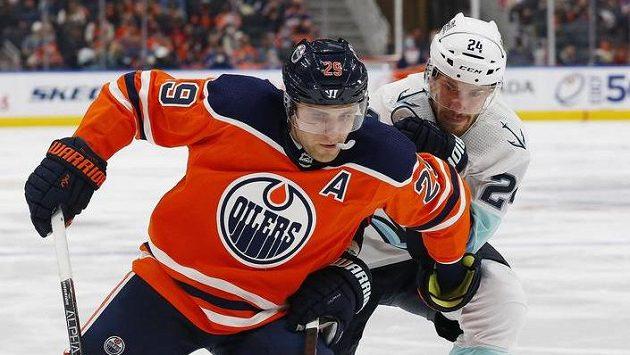 Kanonýr Oilers Leon Draisaitl v souboji s obráncem Jamiem Oleksiakem ze Seattlu.