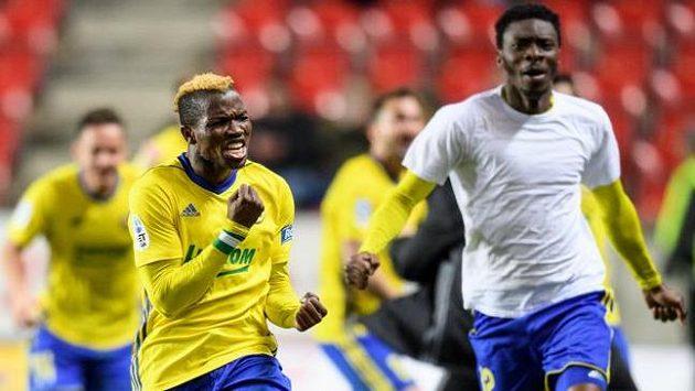 Ubong Ekpai (vlevo) ze Zlína oslavuje vítězný gól na 2:1 proti Slavii.