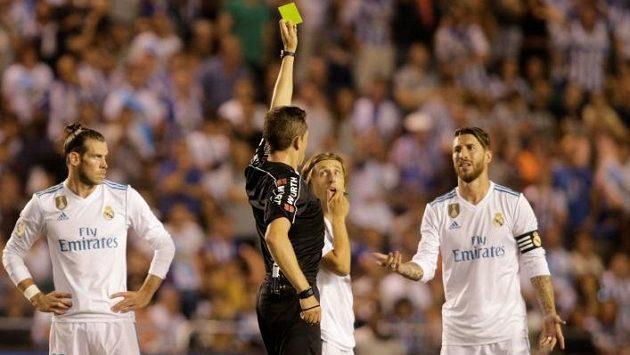 Sergio Ramos dostává proti La Coruně první žlutou kartu. V nastaveném čase pak přišla druhá.