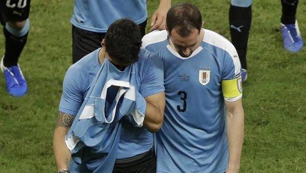 Luis Suárez (vlevo)opouštěl hřiště v slzách.