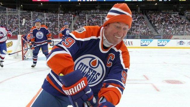 Wayne Gretzky v dresu Edmontonu během zápasu legend v roce 2016.