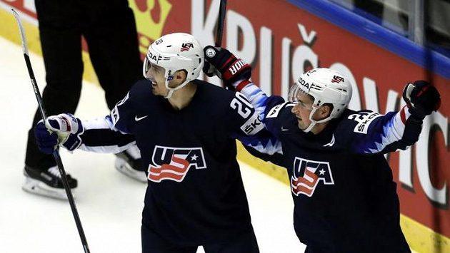 Američané Dylan Larkin a Chris Kreider se radují z gólu proti Kanadě.