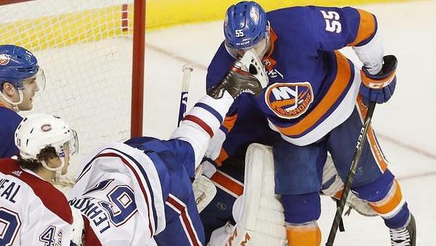 Útočník Montrealu Artturi Lehkonen (62) zasahuje obránce NY Islanders Johnnyho Boychuka bruslí do tváře.