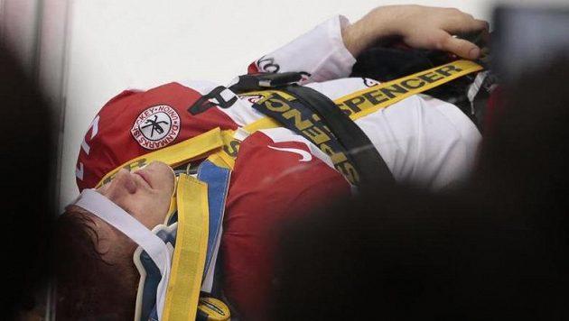Dánský hokejista Jesper Jensen opustil ledovou plochu ve stabilizované pozici na vozíku.