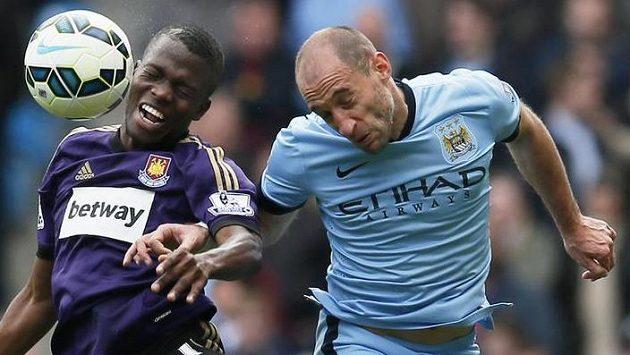 Pablo Zabaleta (vpravo) z Manchesteru City v utkání s West Hamem.