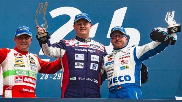 Adam Lacko (uprostřed) na archivním snímku na zlatém stupínku v Le Mans.