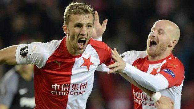 Zleva Tomáš Souček a Miroslav Stoch ze Slavie se radují z druhého gólu.