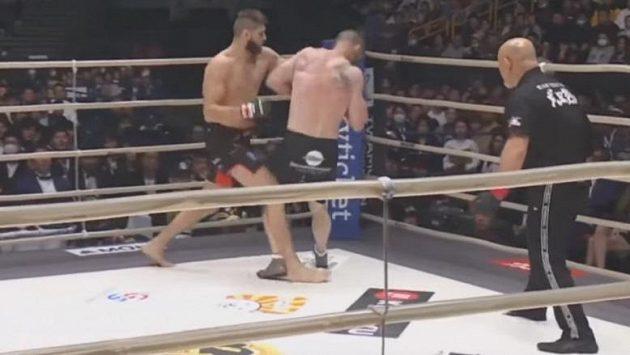 Hotovo. Jiří Procházka poslal Američana C.B. Dollawaye k zemi a český zápasník MMA obhájil titul v japonské organizaci Rizin.