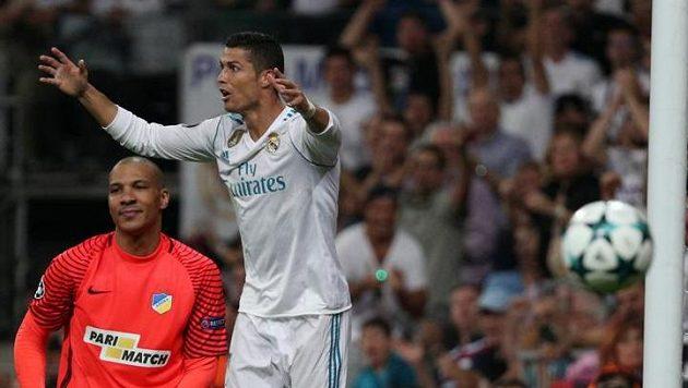Cristiano Ronaldo přesvědčoval rozhodčího v utkání Ligy mistrů marně. Jeho rána nebyla gólová, ukázala to moderní technologie.