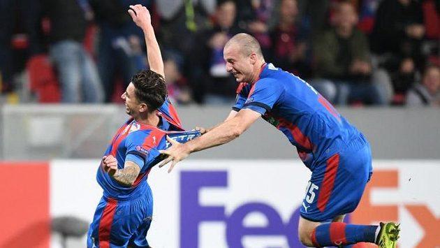 Střelec plzeňského gólu Milan Petržela jásá, stíhá ho spoluhráč Michael Krmenčík.