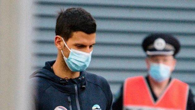 Novak Djokovič po příletu do australského Adelaide, kde jsou podmínky pro trénink lepší než v Melbourne.
