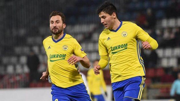 Zlínští Petr Jiráček (vlevo) a Zoran Gajič v utkání s Lokomotivem Moskva.