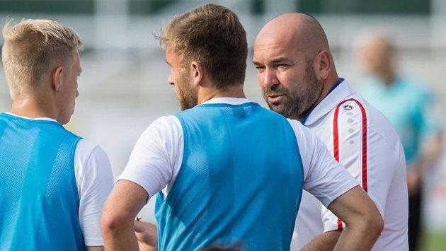 Trenér Hradce Králové Bohuslav Pilný (vpravo) během utkání na Dukle.